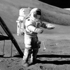 El experimento de la pluma y el martillo en el espacio.