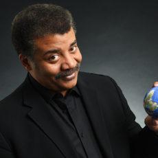 Neil deGrasse Tyson nos demuestra que la Tierra es redonda.