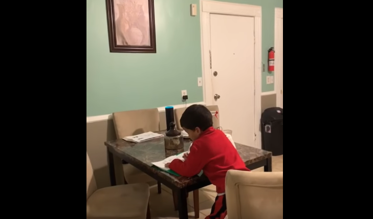 Pillan a un niño de 6 haciendo los deberes con Alexa.