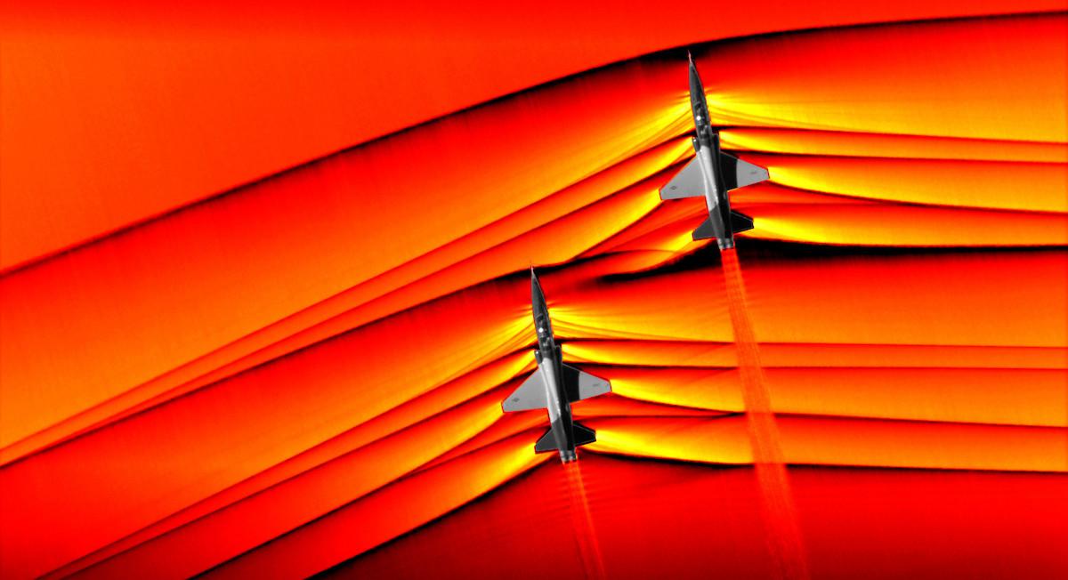 Las fotografías de las ondas de choque de dos aviones supersónicos rompiendo la barrera del sonido.
