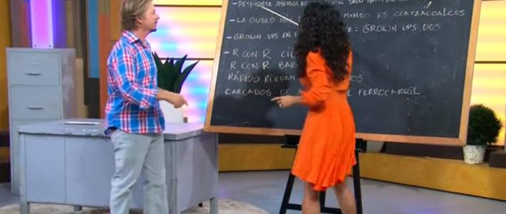 Salma Hayek en su papel como maestra de español.