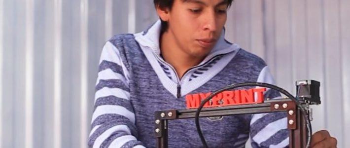 Fabricó su primera impresora 3D con materiales reciclados.